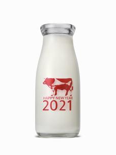 丑年の年賀 牛乳瓶のイメージの写真素材 [FYI04487195]