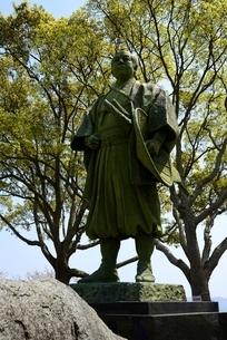新緑,東御崎公園,大石内蔵助像の写真素材 [FYI04487202]