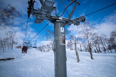 北海道ルスツリゾートスキー場のリフトに乗っている時の景色の写真素材 [FYI04487280]