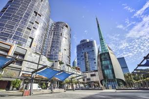 オーストラリア・西オーストラリア州のパースシティのランドマーク的なベル・タワー周辺の光景の写真素材 [FYI04487334]
