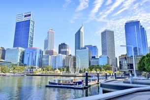 オーストラリア・西オーストラリア州のパースシテイのスワン川に浮かぶボートとオブジェと近代的な建物が並ぶエリザベス・キー周囲の光景の写真素材 [FYI04487336]