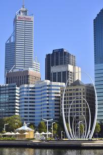 オーストラリア・西オーストラリア州のパースシテイのスワン川を望むオブジェと近代的な建物が並ぶエリザベス・キー周囲の光景の写真素材 [FYI04487338]