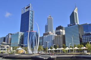 オーストラリア・西オーストラリア州のパースシテイのオブジェと近代的な建物が並ぶエリザベス・キー周囲の光景の写真素材 [FYI04487346]