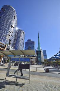 オーストラリア・西オーストラリア州のパースシティのランドマーク的なベル・タワー周辺の光景の写真素材 [FYI04487358]