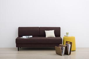 白い壁の部屋にあるソファーの写真素材 [FYI04487371]