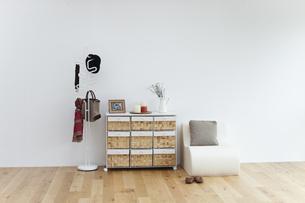 白い壁の前にあるサイドボードとソファーの写真素材 [FYI04487384]