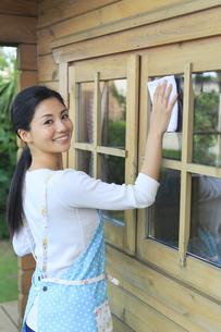 窓ガラスを磨く女性の写真素材 [FYI04487470]