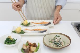 エプロンをした中年男性が作った和食の写真素材 [FYI04487509]