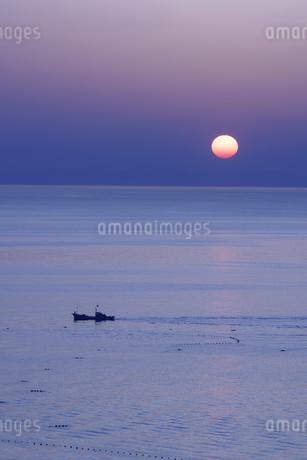 漁船と朝日の写真素材 [FYI04487595]