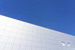 白い建物と青空の写真素材 [FYI04487735]