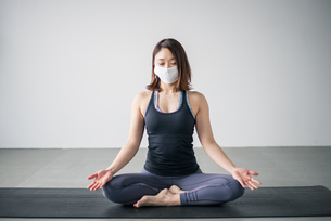 Yoga woman wearing medical face mask.の写真素材 [FYI04487738]