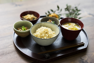 玄米ご飯と和食の写真素材 [FYI04487838]