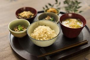 玄米ご飯と和食の写真素材 [FYI04487839]