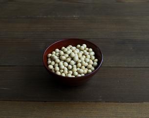 器に盛った大豆の写真素材 [FYI04487849]