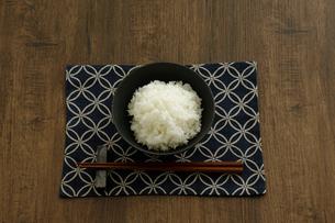 茶碗に盛ったご飯と箸の写真素材 [FYI04487850]