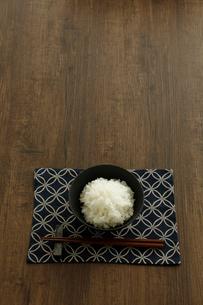 茶碗に盛ったご飯と箸の写真素材 [FYI04487851]