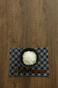 茶碗に盛ったご飯と箸の写真素材 [FYI04487852]