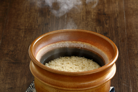 炊きたての玄米ご飯の写真素材 [FYI04487858]