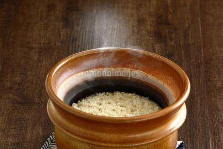 炊きたての玄米ご飯の写真素材 [FYI04487859]