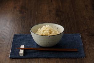 茶碗に盛った玄米ご飯と箸の写真素材 [FYI04487867]