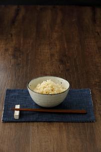 茶碗に盛った玄米ご飯と箸の写真素材 [FYI04487869]