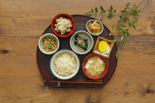 玄米ご飯と和食の写真素材 [FYI04487878]