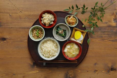 玄米ご飯と和食の写真素材 [FYI04487978]