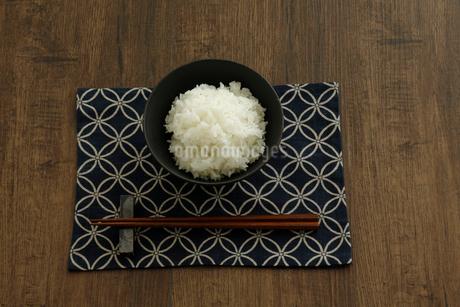 茶碗に盛ったご飯と箸の写真素材 [FYI04488147]