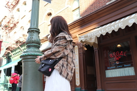 洋風な街並みと人の写真素材 [FYI04488489]