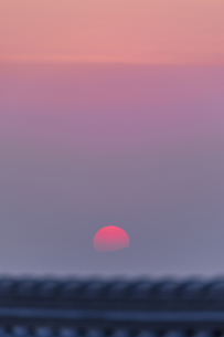霞中の日の出の写真素材 [FYI04488685]