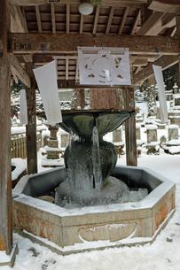 冬の高野山奥之院の写真素材 [FYI04488825]