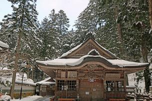冬の高野山奥之院の写真素材 [FYI04488828]