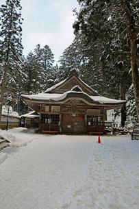 冬の高野山奥之院の写真素材 [FYI04488829]