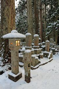 冬の高野山奥之院の写真素材 [FYI04488831]