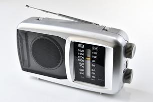 白背景のラジオの写真素材 [FYI04488998]