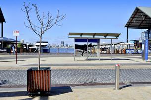 オーストラリア・西オーストラリア州のパースシティのエリザベス・キー近くのフェリー乗り場周辺の光景の写真素材 [FYI04489030]