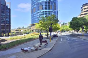 オーストラリア・西オーストラリア州のパースシティの道路脇にある像と高層ビルのある光景の写真素材 [FYI04489031]