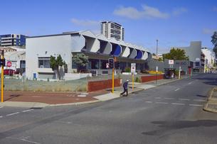 オーストラリア・西オーストラリア州のパースシティの道路と建物の続く光景の写真素材 [FYI04489034]