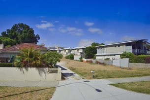 オーストラリア・西オーストラリア州のパースシティの花が咲く庭木のある建物の光景の写真素材 [FYI04489036]