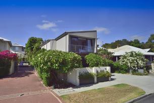 オーストラリア・西オーストラリア州のパースシティの沢山の花が咲く建物の光景の写真素材 [FYI04489037]