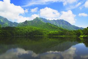 夏の戸隠連峰と鏡池の写真素材 [FYI04489124]