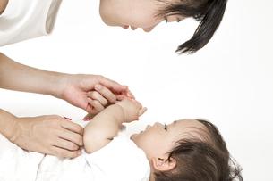 お母さんと見つめ合い遊ぶ女の子の赤ちゃん。育児,子育て,母性,愛情イメージの写真素材 [FYI04489190]