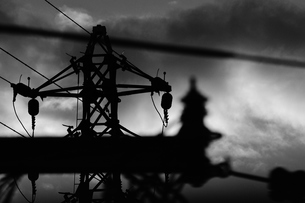 遠くの鉄塔と電線の写真素材 [FYI04489506]