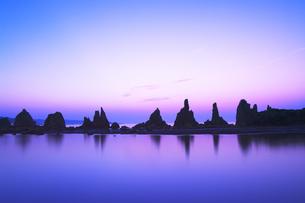 橋杭岩と夜明けの空の写真素材 [FYI04489735]