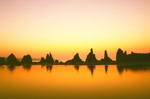 夜明けの橋杭岩の写真素材 [FYI04489736]