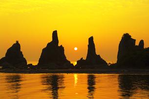 橋杭岩と朝日の写真素材 [FYI04489737]