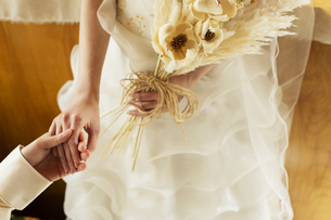 手をつなぐ幸せな新郎新婦の写真素材 [FYI04490357]