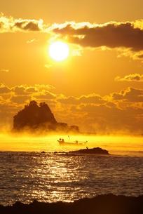 朝日と海霧に漁船と鵜の写真素材 [FYI04490408]
