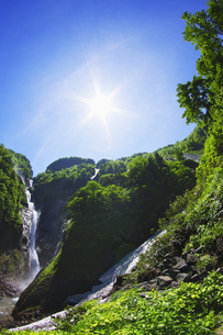 称名滝と太陽の写真素材 [FYI04490414]