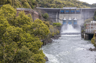 天ケ瀬発電所の放水の写真素材 [FYI04490616]